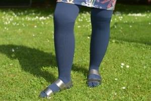 Sandalen und Kompressionsstrümpfe